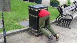 Un gars coincé dans une poubelle by Mark Roberts