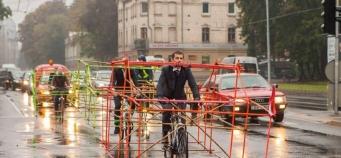 Les cyclistes portent désormais des squelettes de voiture