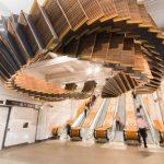 Chris Fox utilise des escalators en bois vieux de 80 ans pour créer une incroyable sculpture