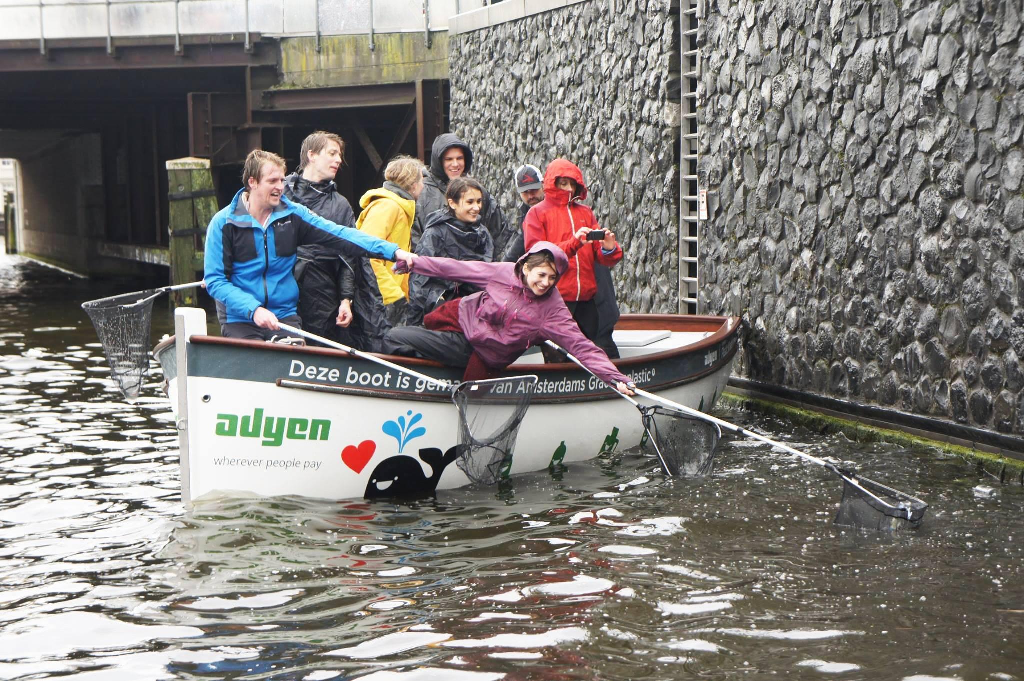 Plastic Whale - Amsterdam met les touristes au travail pour nettoyer ses canaux