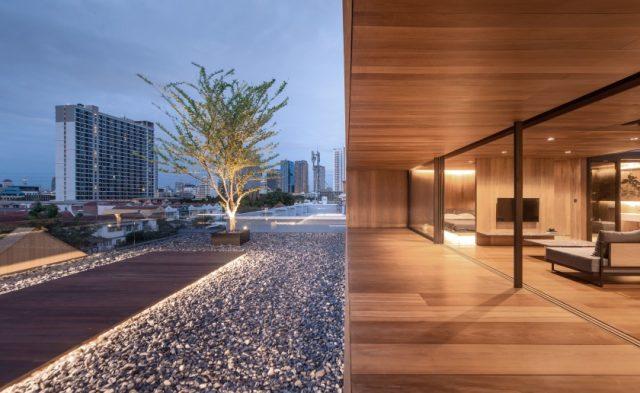 WARchitect installe une maison en bois sans frontières au sommet d'un immeuble à Bangkok 2