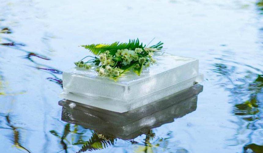 Flow Ice Urn - Cette urne en glace flottante est un monument commémoratif écologique unique en son genre