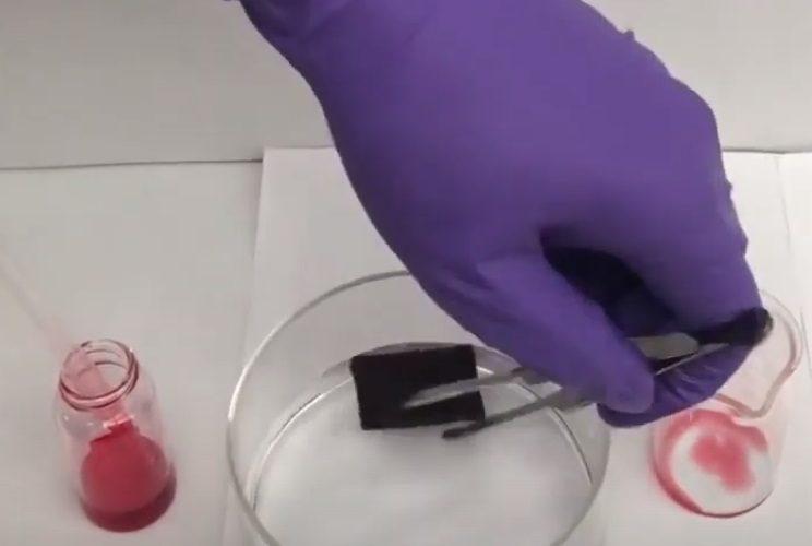 éponge intelligente réutilisable peut nettoyer les déversements de pétrole