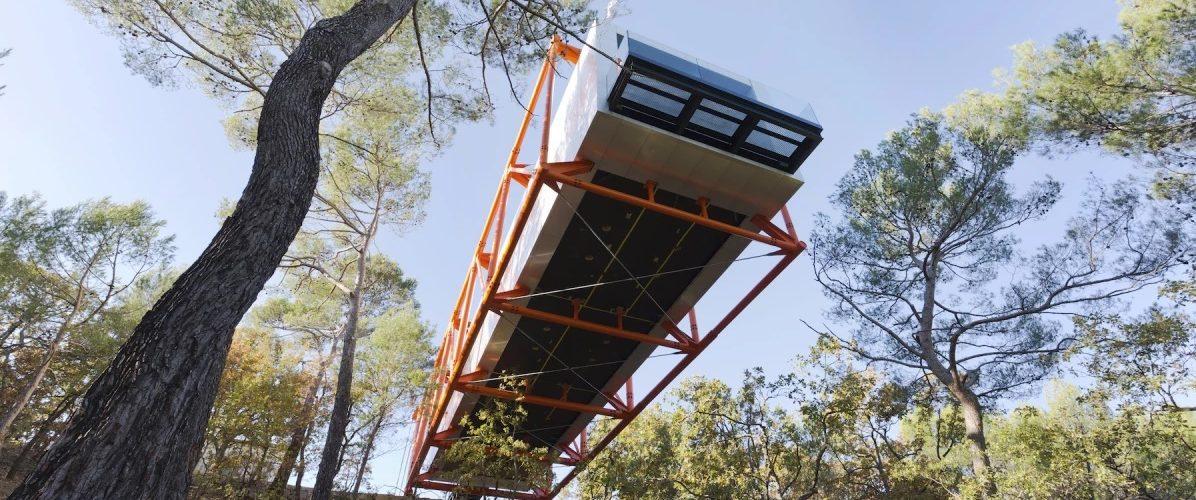 La galerie d'art de Richard Rogers flotte au-dessus d'une forêt en France
