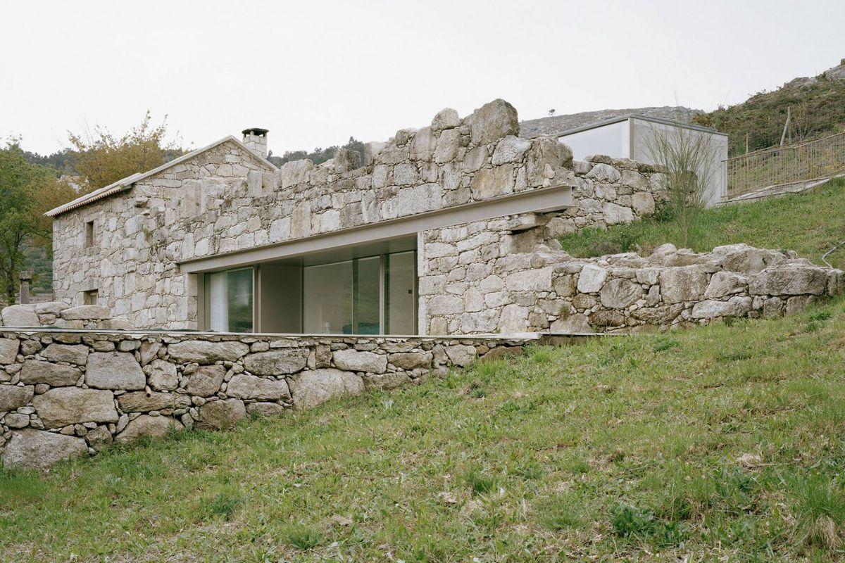 une maison contemporaine en pierre dans des ruines au portugal. Black Bedroom Furniture Sets. Home Design Ideas