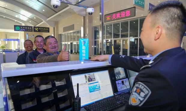Une application de surveillance secrète sur les téléphones des touristes en Chine