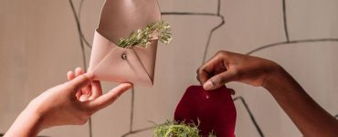 Samara crée des étuis en cuir végétalien avec des peaux de pomme